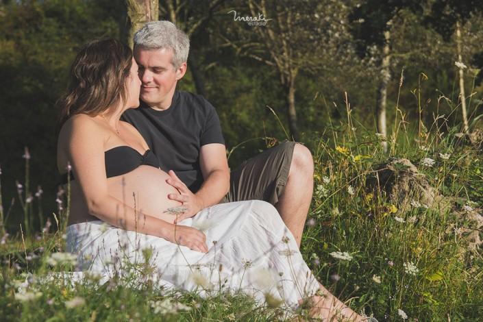 fotografía premamá con pareja en exterior meraki estudio